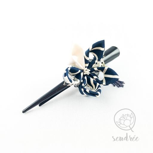 Pince fleur bleue marine sendrée tissu japonais